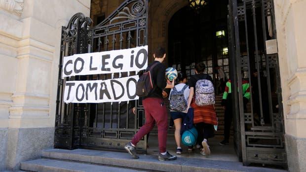 Pese a que no los afecta, los estudiantes del CNBA toman el colegio contra la reforma