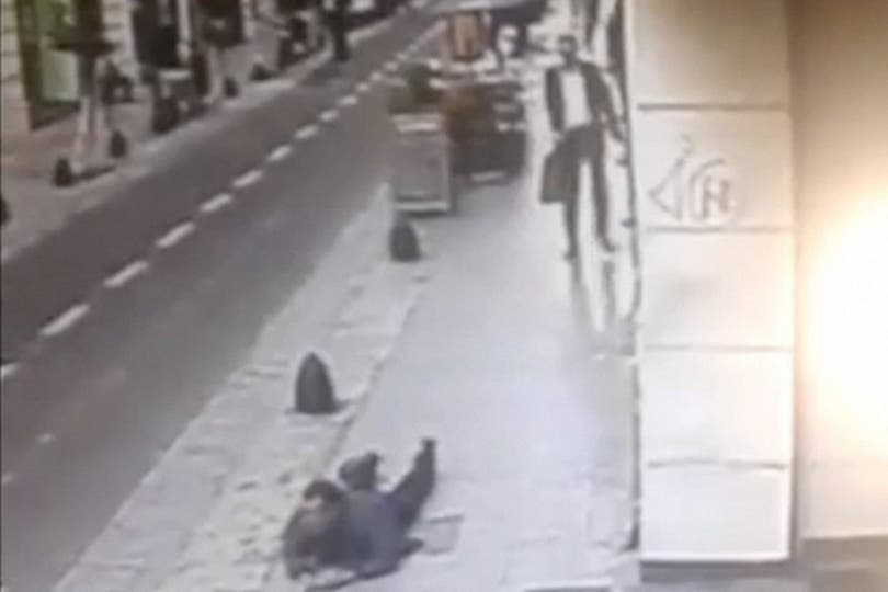 El abogado Silvio Martinero les disparó a motochorros que le habían quitado la mochila, en San Martín al 500; un tiro le dio en la espalda a un cerrajero que iba a su trabajo