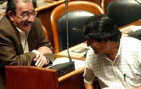 Antonio Peredo y Evo Morales, del MAS, dialogan durante la sesión