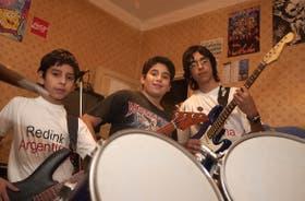 De izquierda a derecha: Martín, Agustín y Emilio Jorge son los protagonistas de uno de los videos que registró más de un millón de visitas
