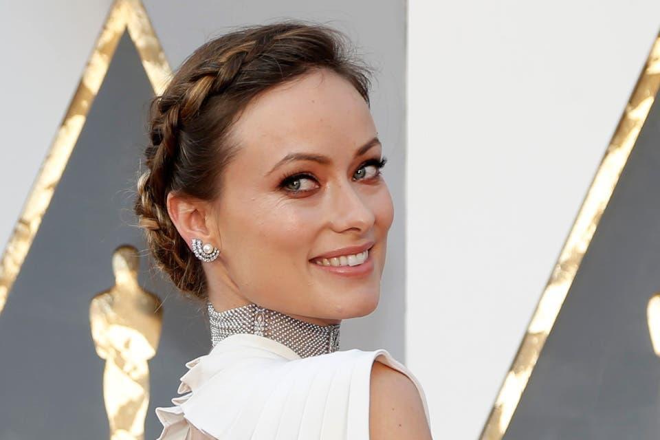 Olivia Wilde eligió un peinado con inspiración griega para pisar la red carpet de los Oscar. Foto: OHLALÁ! /Latinstock
