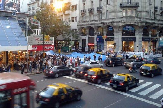 Pasadas las 18, en la esquina de Santa Fe y Callao comenzaron a congregarse los primeros manifestantes. Foto: LA NACION / Matias Aimar