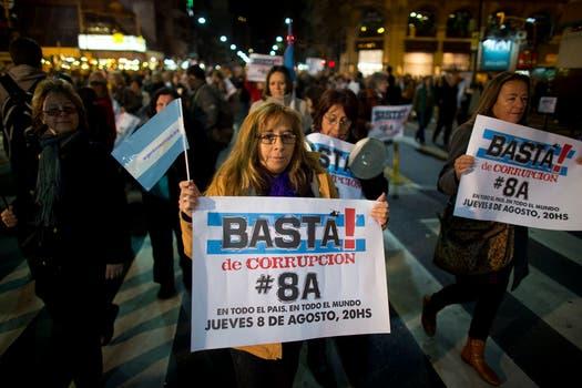 """En Santa Fe y Callao, un grupo se aglutinó detrás de una pancarta con la consigna """"Stop Corrupción"""". Foto: AP"""