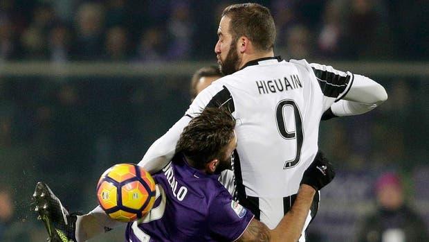 Higuain en acción ante Fiorentina