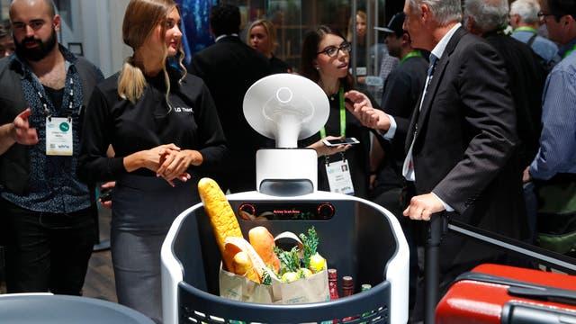 El robot de LG sirve como changuito de supermercado