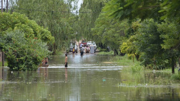 Alrededor de 20 mil personas fueron evacuadas en todo el Litoral argentino debido a las inundaciones que dejaron dos fallecidos, uno en Corrientes y otro en Concordia