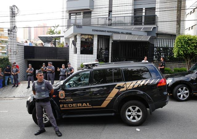 La policía federal, durante el operativo en la casa del ex presidente