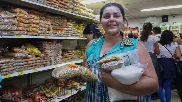 Venezolanas compran comida en Colombia ante la crisis