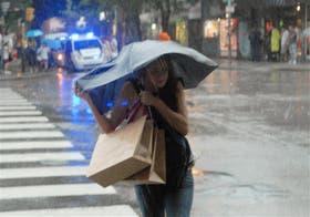 En la tarde de ayer, los porteños debieron acudir otra vez a los paraguas