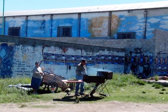 Choripán improvisado frente a la escuela n° 268 Jorge Luis Borges. Foto: LA NACION / Iván Ruiz