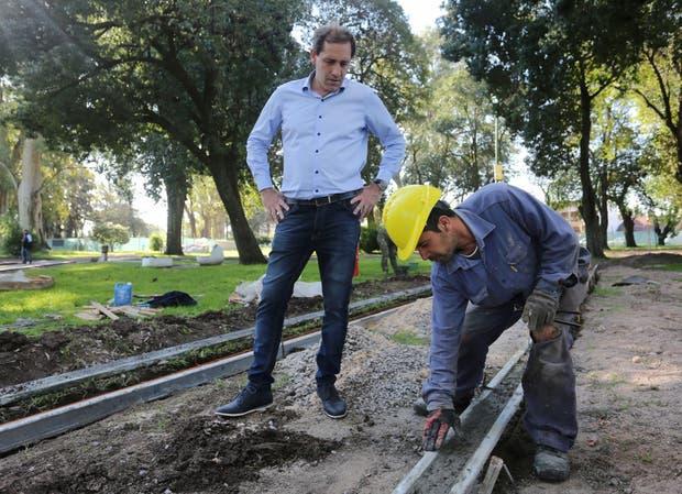 El intendente Garro encara una obra en el parque Castelli, de Villa Elisa