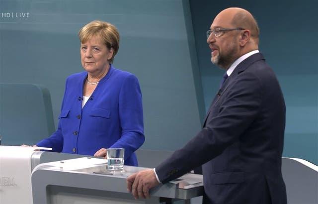 La líder alemana resistió los embates del candidato socialdemócrata
