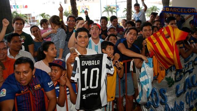 Ecuatorianos fanáticos de los jugadores argentinos esperaban a la Selección afuera del hotel