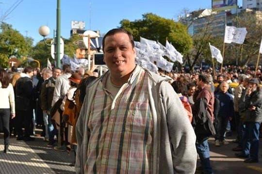 Hernán Brienza, en una manifestación a favor de Víctor Hugo Morales y en contra del CEO del Grupo Clarín, Héctor Magnetto. Foto: Facebook Hernán Brienza