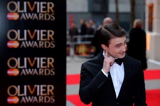 Daniel Radcliffe no puede alejarse de los poderes de Harry Potter, en The Lawrence Olivier Awards, en Londres. Foto: AFP