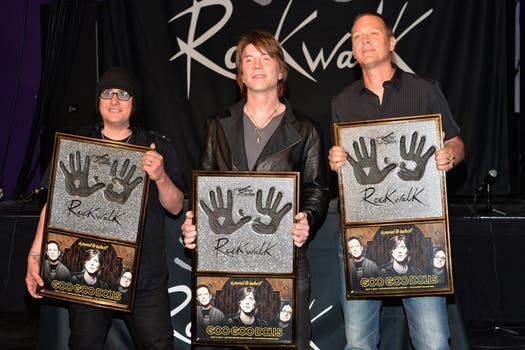 Los Goo Goo Dolls  son parte de the Guitar Center RockWalk y recibieron su distinción en California. Foto: AFP