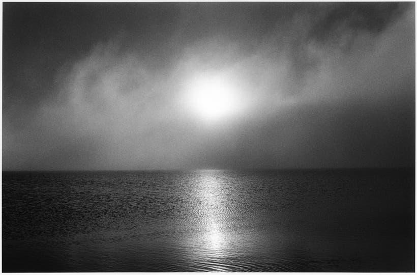 5.Amanecer glorioso. Vi salir el sol, que era tan esquivo. Una nube que pasaba casi al ras del horizonte. La noche anterior había nevado y todavía se veía un poco de blanco en el paisaje negro. Un amanecer de mucha felicidad, tal vez el más lindo, rozar el sentido de estar ahí. . Foto: Adriana Lestido