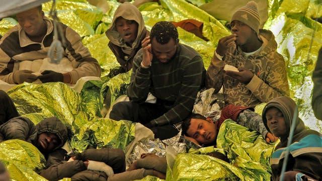 Inmigrantes luego de ser rescatados en la nave de Malta, Migrant Offshore Aid Station (MOAS), en el centro del Mediterráneo frente a la costa libia, mientras el barco se dirige hacia Italia