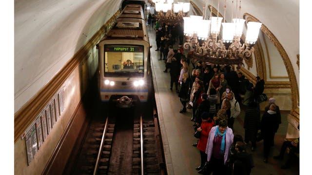 Viaje en el metro durante la hora pico en la estación Kurskaya en Moscú, Rusia