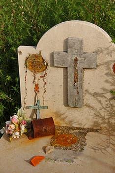 Oxido, flores secas y abandono lo que se observó en las tumbas cuando comenzó a bajar el agua que amenazó a Carhué. Foto: LA NACION / Mauricio Giambartolomei