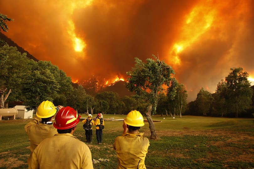 Los bomberos realizaron un intenso trabajo para contener el fuego. Foto: AFP