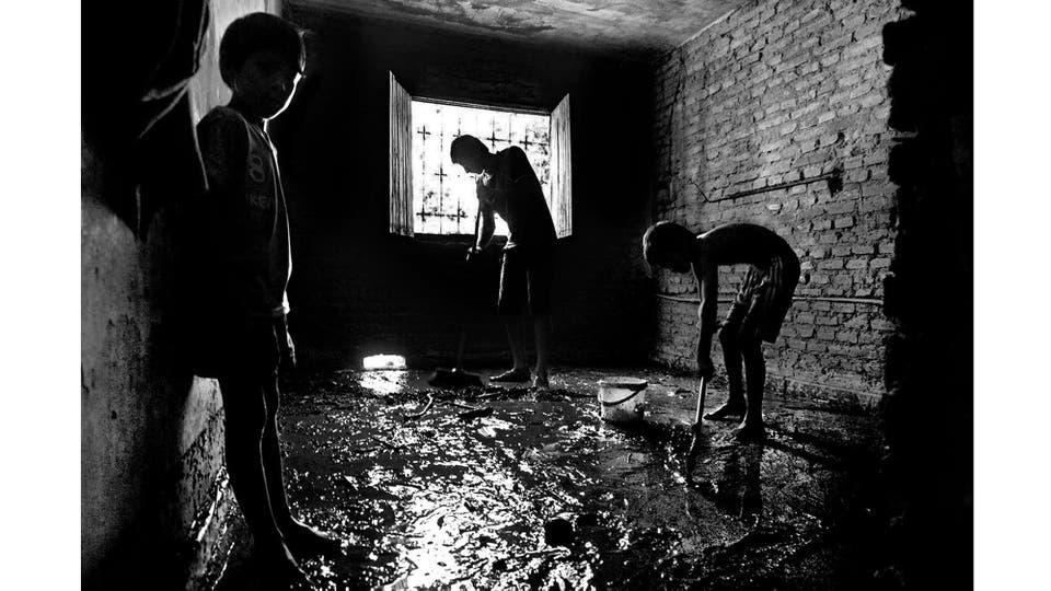 Los habitantes del barrio Miguel Lillo en San Miguel de Tucumán, al costado del Canal Sur, tras las inundaciones, quedaron tapados de agua, lodo y basura. Tucumán, marzo 2015. Foto: Vera Franco Alberto