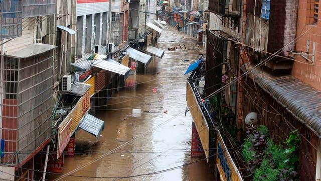 Las calles se convirtieron en ríos llenos de basura que la inundación sacó a flote
