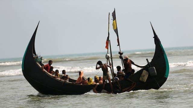 Refugiados Rohingya llegan a Bangladesh en barco por la Bahía de Bengala en Teknaf, Bangladesh