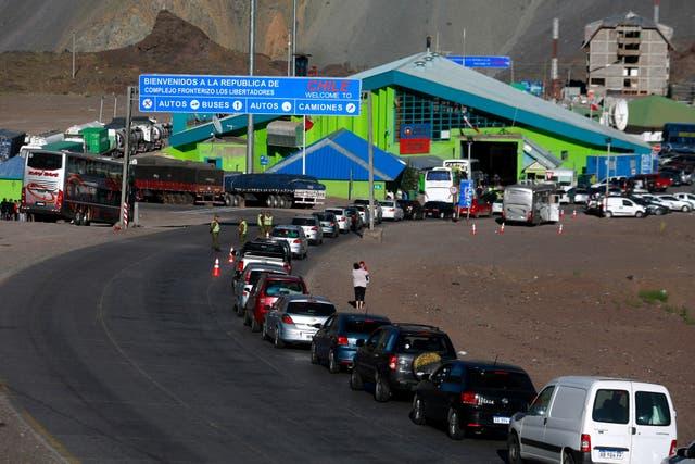 Filas de autos para ingresar a Chile en la frontera, desde Argentina