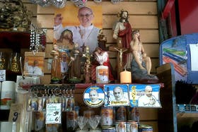 Desde la asunción de Francisco, se revitalizó el comercio de las santerías