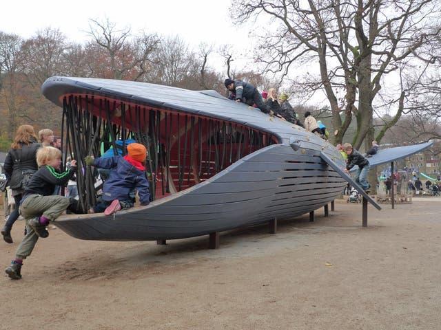 En esta plaza los chicos trepan a una ballena azul