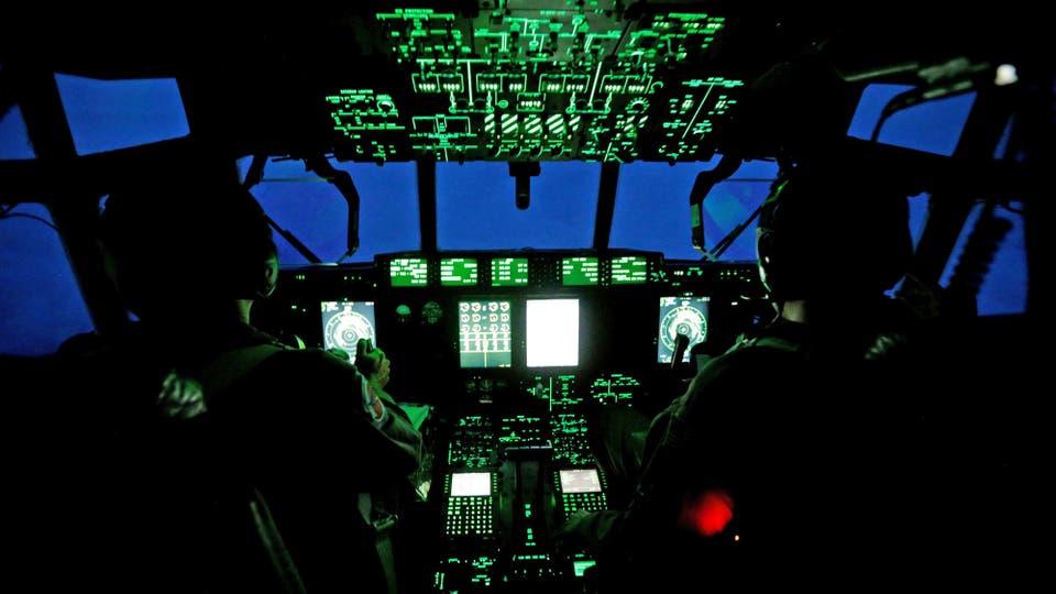 Al caer la noche, el escuadrón de Cazadores de Huracanes a bordo del avión WC-130J Hércules se aproxima al ojo del Huracán Irma. Foto: Reuters / KEVIN LAMARQUE