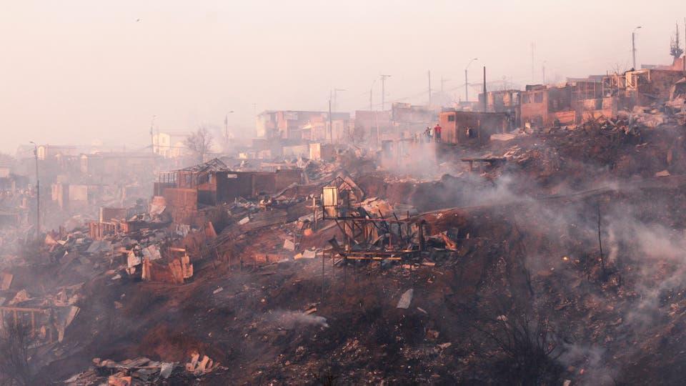 Incendio en Chile: un desaparecido, 19 heridos y más de cien casas destruidas por el fuego en Valparaíso. Foto: DPA