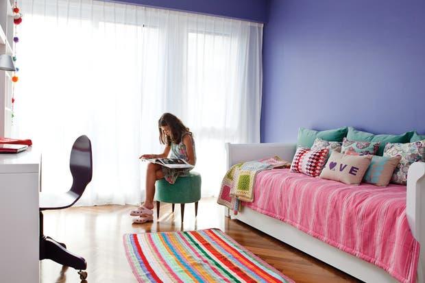 La cama laqueada en blanco semimate guarda otra cama debajo (El Círculo de las Vitaminas)..