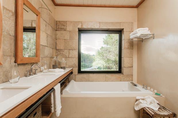 El baño fue hecho con piedras de la zona semipulidas y microcemento en tono hueso para darle un estilo fresco y elegante. Las toallas, totalmente blancas (G&G)..