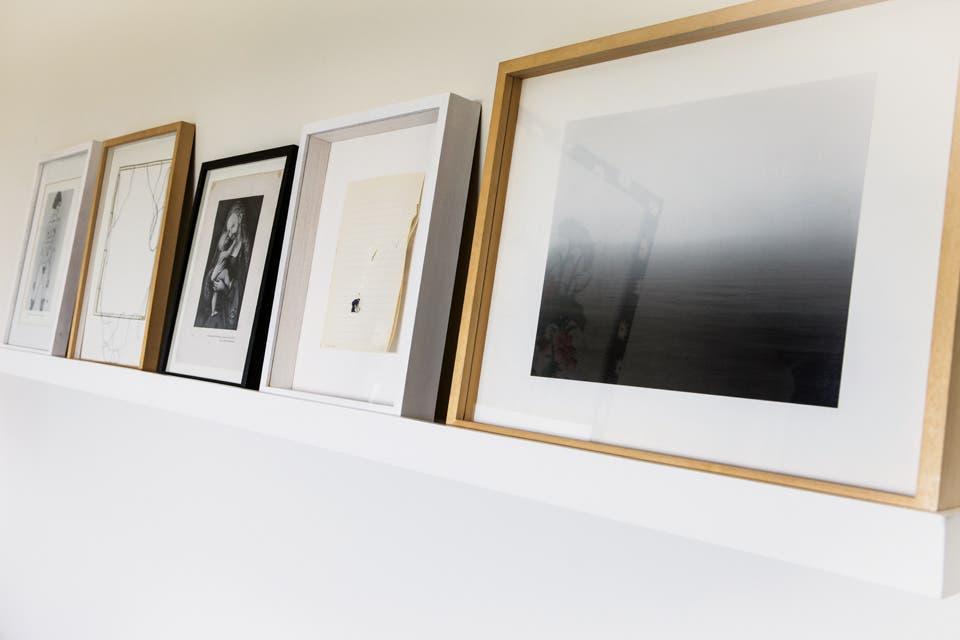 El estante con zócalo al frente da apoyo a varias obras, lo que permite rotarlas y alternar composiciones sin tener que agujerear las paredes .  Foto:Living /Santiago Ciuffo