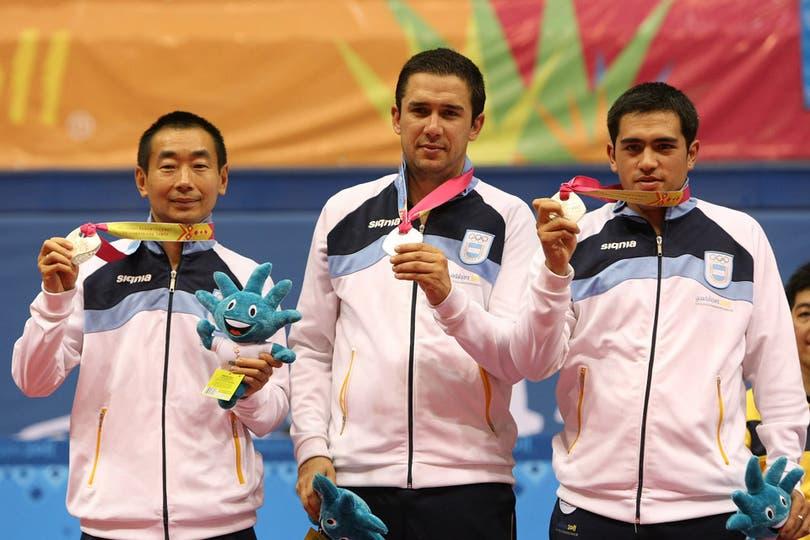 Song Liu (i), Pablo Tabachnik (c) y Gastón Alto (d), en el segundo escalón del podio