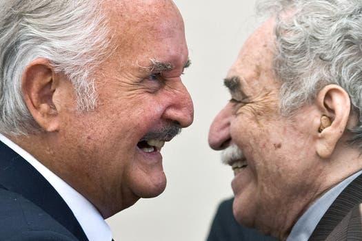 El escritor mexicano Carlos Fuentes es felicitado por el premio Nobel colombiano Gabriel García Márquez, durante una celebración para el 80 cumpleaños de Fuentes en la ciudad de México, el 17 de noviembre de 2008. Foto: Archivo