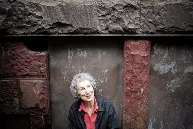 """Atwood, de 77 años, recibió en 2008 el Premio Príncipe de Asturias de las Letras por su """"compromiso con la defensa de la dignidad de las mujeres"""""""