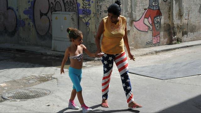 Una cubana vestida con símbolos de EE.UU., en La Habana
