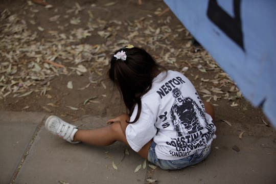 En las últimas horas, decenas de  militantes comenzaron a instalarse frente al hospital. Foto: LA NACION / Fernando Massobrio