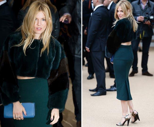 Sienna Miller, con falda tubo hasta la rodilla verde botella y un top de piel a tono, con clutch celeste. ¿Qué les parece?. Foto: AFP y Reuters