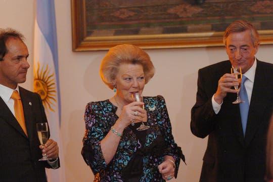 La reina con Kirchner y Scioli, en ese entonces vicepresidente. Foto: Archivo