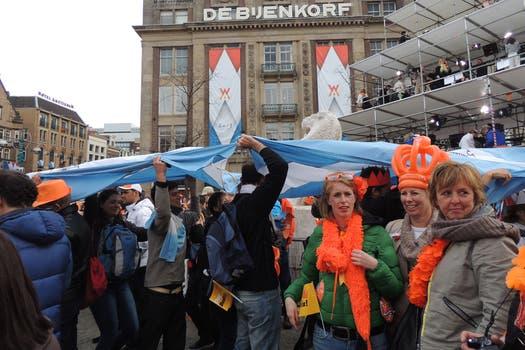 Banderas celestes y blancas, camisetas de la selección y pancartas identificaban a los compatriotas de la flamante reina consorte. Foto: LA NACION / Gentileza Lucía Veliz