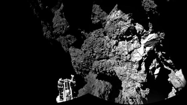 Fotografía de 2014 creada a partir de dos imágenes que confirma que el pequeño robot Philae se encuentra a salvo en la superficie del cometa 67P