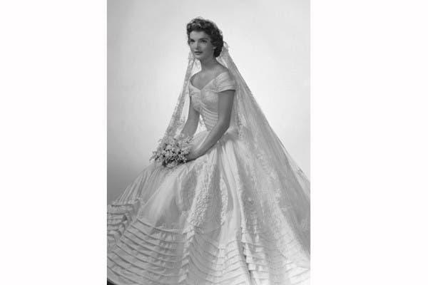 Dueña de un estilo propio, Jacqueline Bouvier usó un vestido de seda con mucho volúmen en color marfil, diseñado por Ann Lowe, en su casamiento con John F. Kennedy en 1953. El velo, heredado de su abuela, completó el traje. Foto: In style