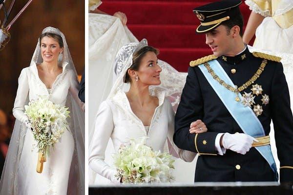 Letizia Ortiz usó un diseño de Manuel Pertegaz cuando se casó en 2004 con el príncipe Felipe de España.El traje era de seda natural tramada con hilos de plata fina y presentaba un escote en pico, cuello ´´corola´´ y una cola de 4,5 metros bordada con motivos heráldicos. Foto: Archivo