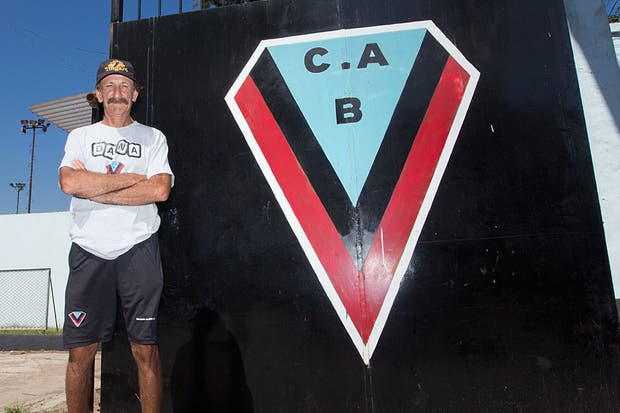 Pablo Vicó, un hombre que vive por y para sus colores.  Foto:LA NACION /Sebastián Rodeiro
