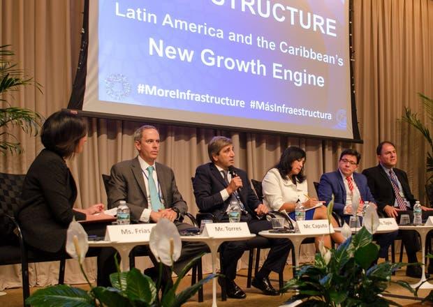Caputo (centro), al exponer en un panel sobre infraestructura en el Banco Mundial