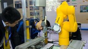 Un robot de muestra en la 17ma Feria Internacional de la Industria en China